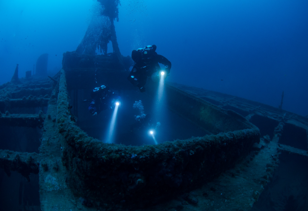 Technical-diving - entering ship wreck