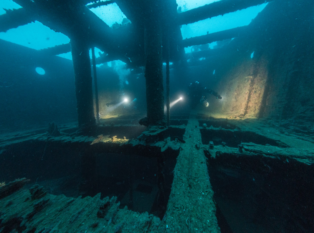 Technical-diving - into ship wreck